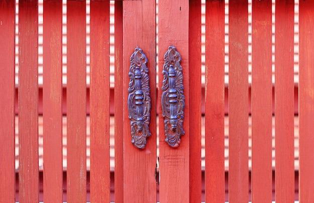 Oude stijl van deurknop, houten deur