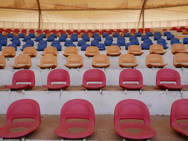 Oude stoelen in myanmar stadion, vuile stoelen