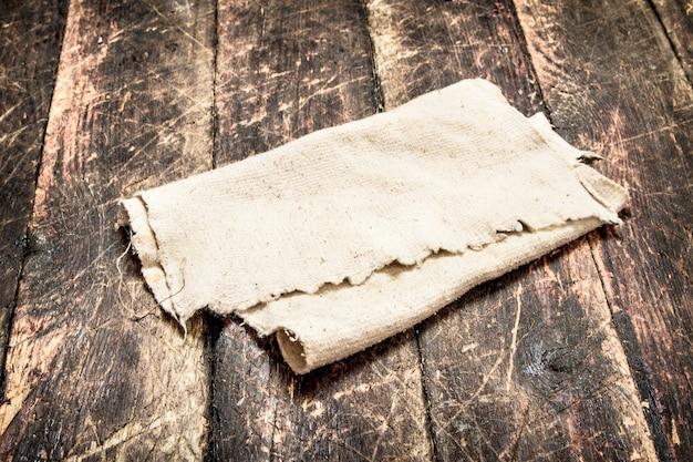 Oude stof. op een houten tafel. portie