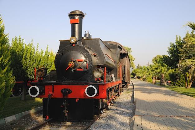 Oude stoomlocomotief in museum selcuk, turkije