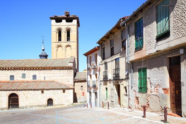 Oude straat in de buurt van santos justo en pastor's kerk in segovia, spanje