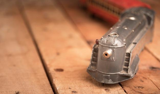 Oude stuk speelgoed trein op houten lijst