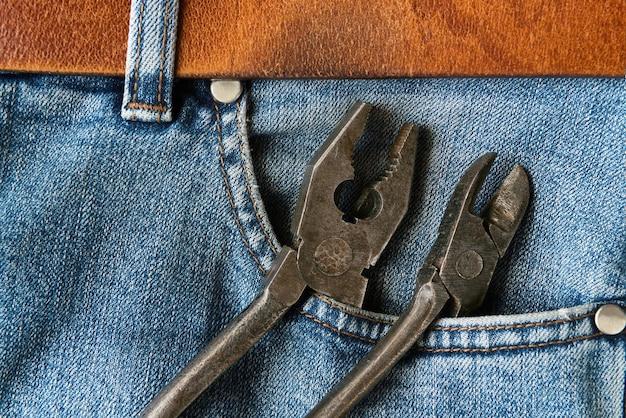 Oude tang in jeanszak
