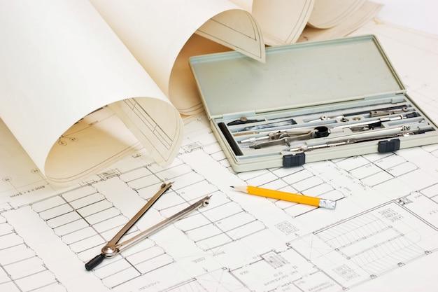 Oude technische tekeningen en rekenliniaal