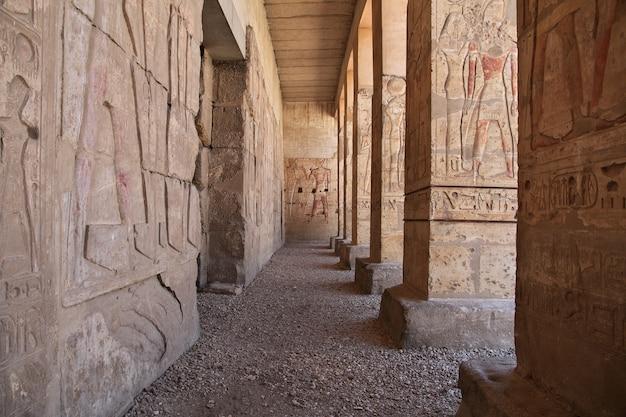 Oude tempel abydos in de woestijn van de sahara