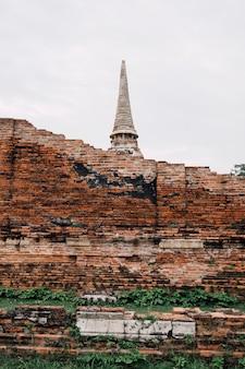 Oude tempel en bakstenen muur in ayutthaya, thailand