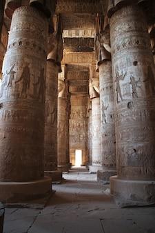 Oude tempel hathor in dendera, egypte