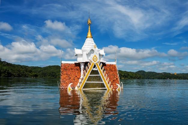 Oude tempel overstroomd door rivier, sangkhlaburi