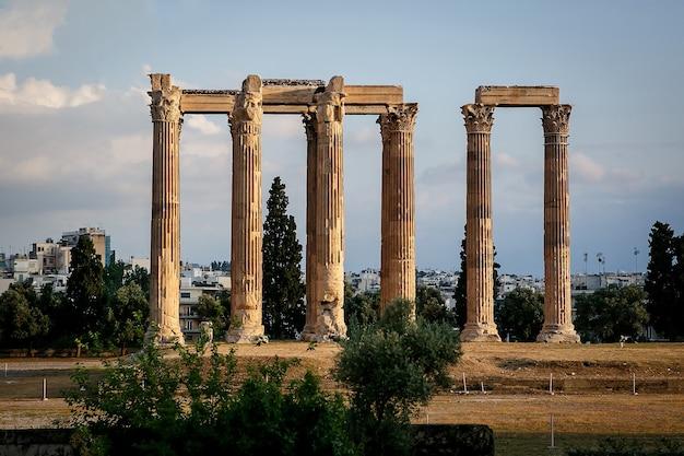 Oude tempel van zeus, olympeion, athene, griekenland, zonsonderganglicht
