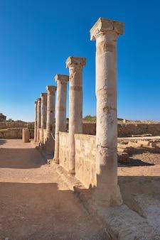 Oude tempelkolommen in het archeologische park van kato paphos, cypru