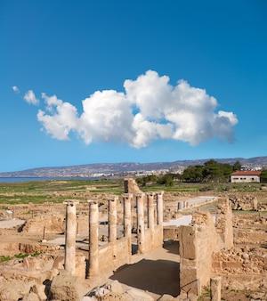Oude tempelkolommen in het archeologische park van kato paphos, cyprus