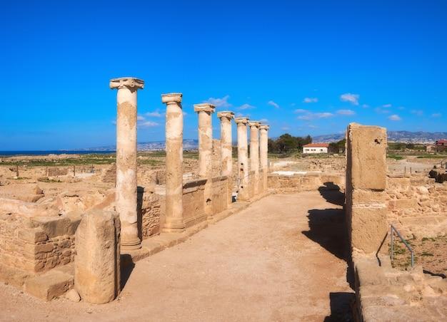 Oude tempelkolommen in het archeologische park van kato paphos in paphos, cyprus