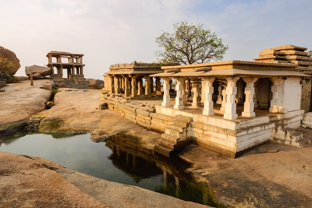 Oude tempelruïnes in hampi