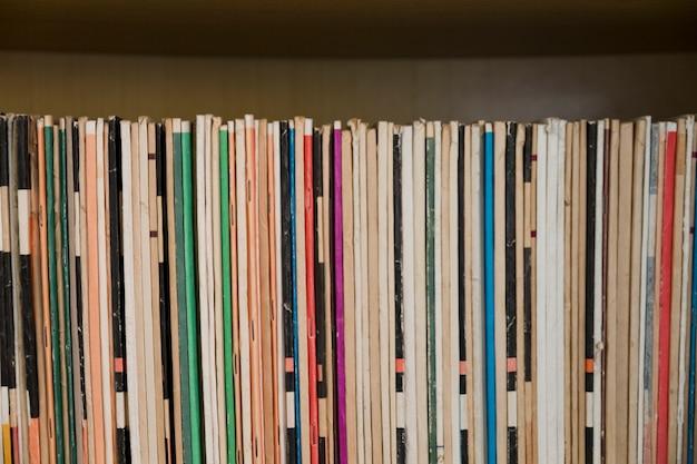 Oude tijdschriften op plank