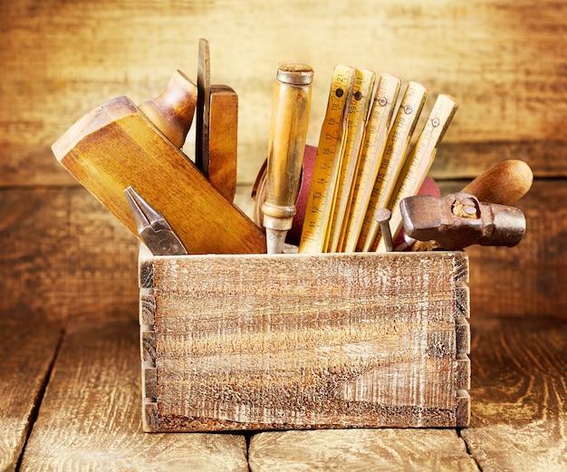 Oude tools in een doos op houten