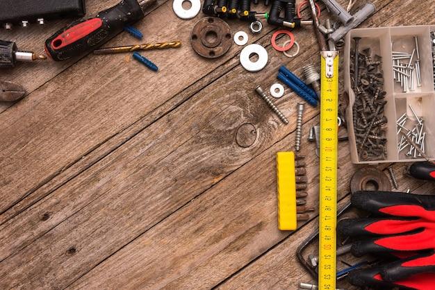 Oude tools op tafel. kopieer ruimte.