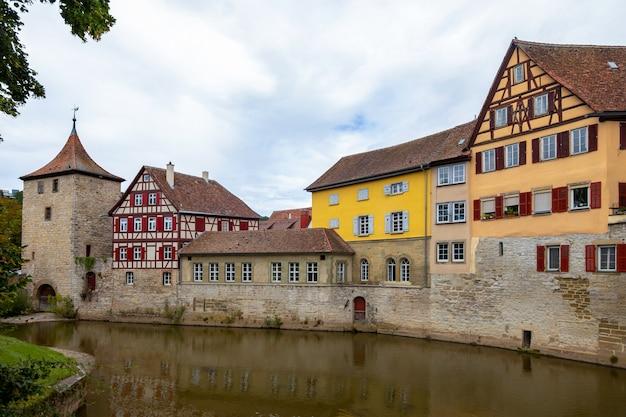 Oude toren en historische, middeleeuwse vakwerkhuizen in het historische centrum van schw bisch hall aan de rivier de kocher, baden-württemberg, duitsland. zomer foto