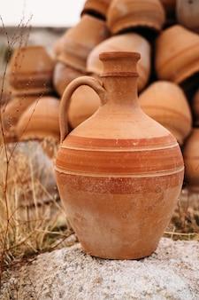 Oude traditionele keramische potten van turkije in goreme, cappadocië