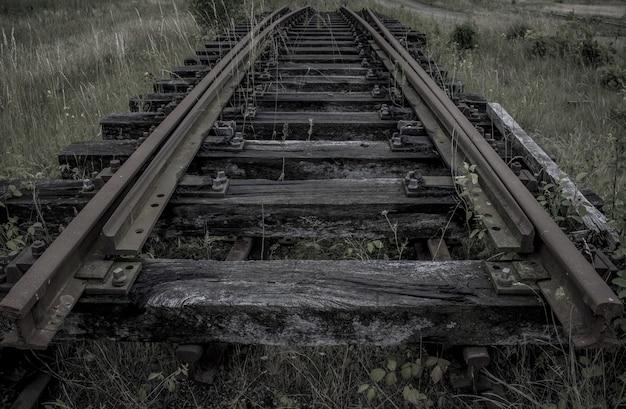 Oude treinspoor in het midden van een veld