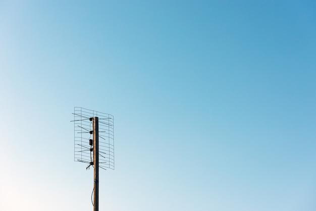 Oude tv-antenne op de hemelachtergrond