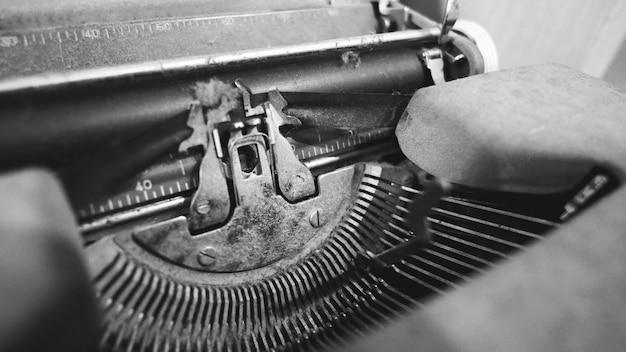 Oude typemachine in goede staat zonder papier in de invoer voor gebruik in de vorige baan