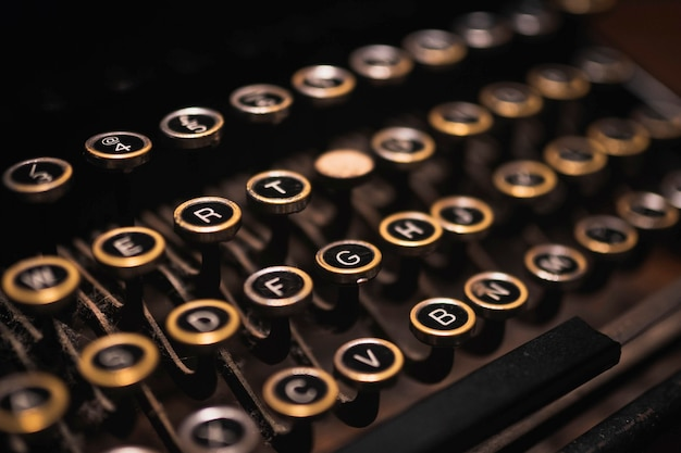 Oude typemachine op een houten tafel