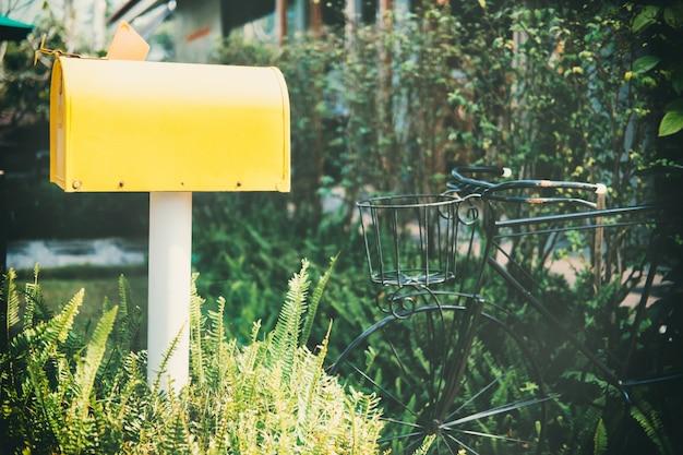 Oude uitstekende gele brievenbus.