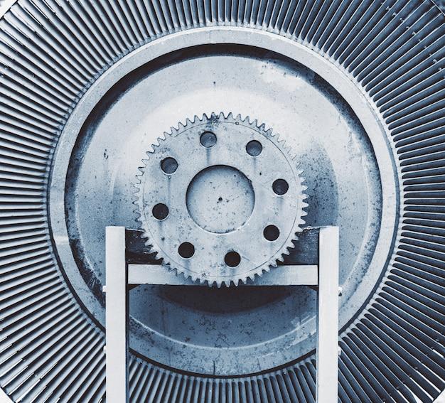 Oude uitstekende rotor van een oude krachtcentrale.