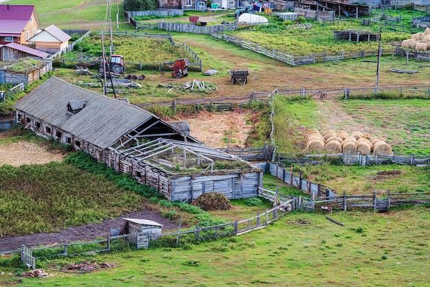 Oude veeboerderij bovenaanzicht rusland berg altai dorp bichiktuboom