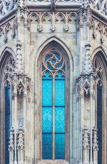 Oude vensterglas van de katholieke kerk