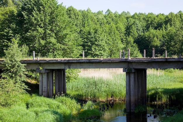 Oude verlaten brug