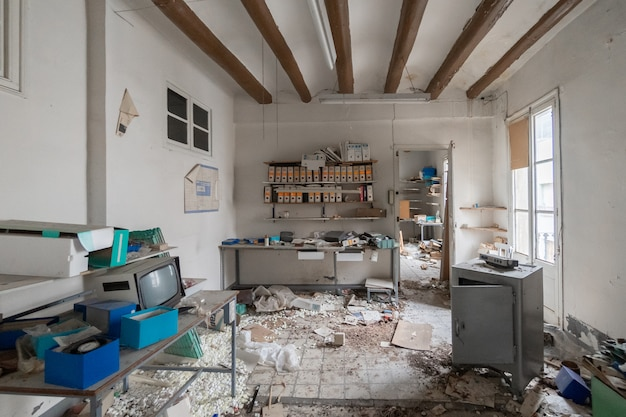 Oude verlaten elektronische workshop