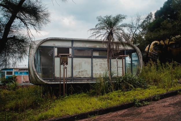 Oude verlaten gebouw in de buurt van een bos in wanli ufo village, taiwan