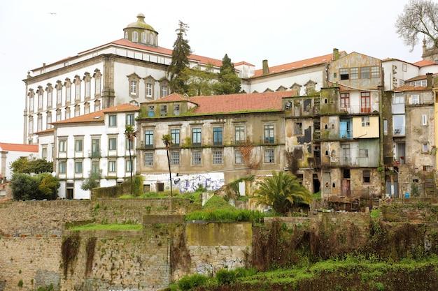 Oude verlaten huizen in het centrum van porto