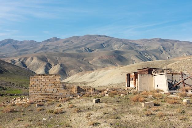Oude verlaten verwoeste huizen in de bergen