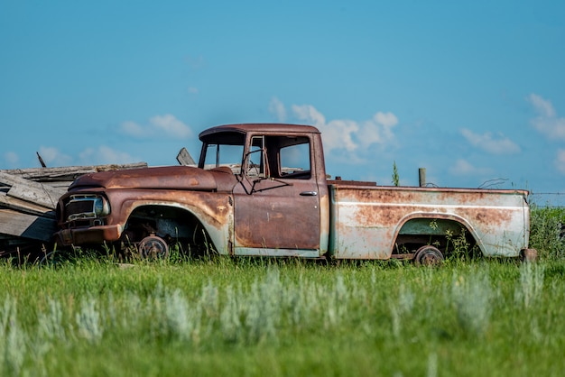 Oude verlaten vrachtwagen in troepwerf op de prairies in saskatchewan