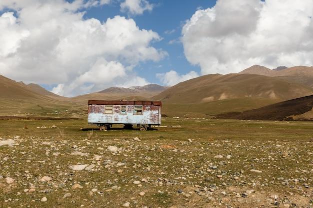 Oude verlaten wagen in de bergen, nomadewagen