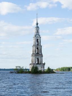Oude vervallen klokkentoren op een eiland aan de wolga