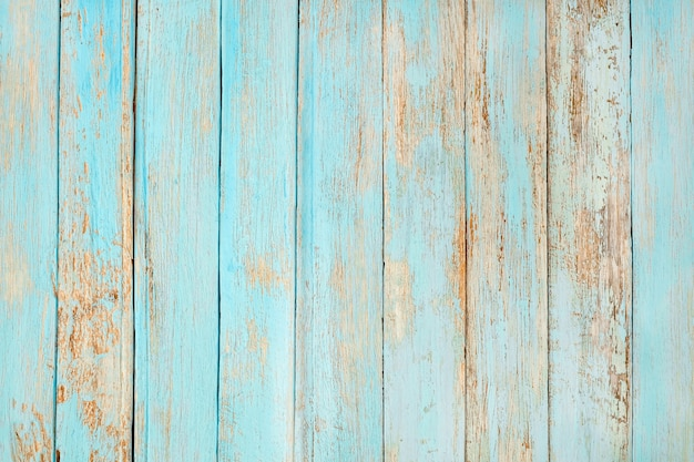 Oude verweerde houten plank geschilderd in turquoise blauwe pastelkleur.
