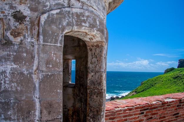 Oude vesting in el morro in puerto rico, tegen blauwe zee tijdens zonnige dag.