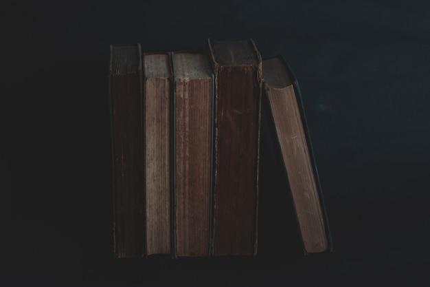 Oude vintage boeken op donker.