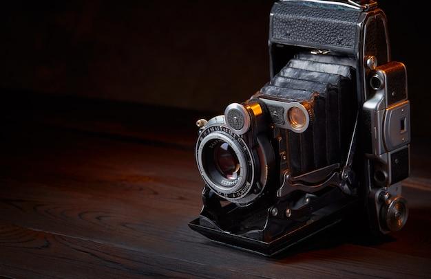 Oude vintage camera op de houten tafel. filmische stijl.