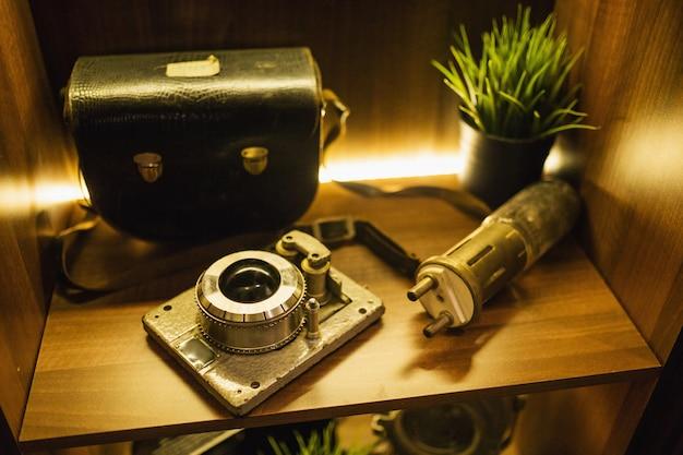 Oude vintage fotocamera. retro en vintage achtergrond. fotoapparatuur. kinescoop. retro technologie. oud antiek instrument. grunge textuur