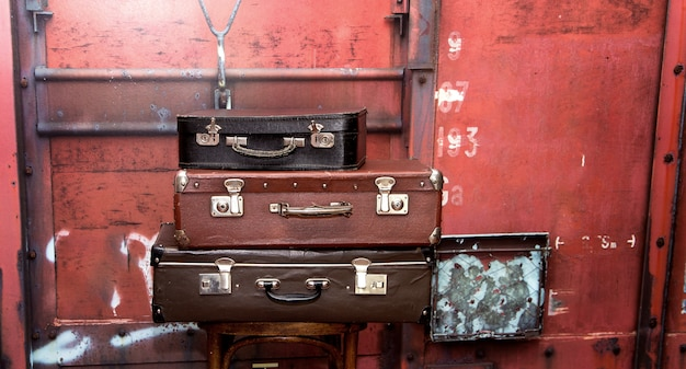 Oude vintage grunge koffers zoals toren