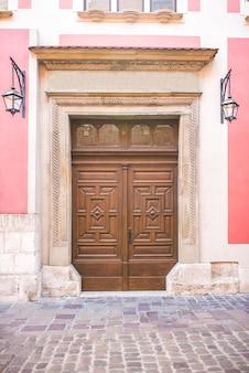 Oude vintage houten met metalen deur van klassiek europa