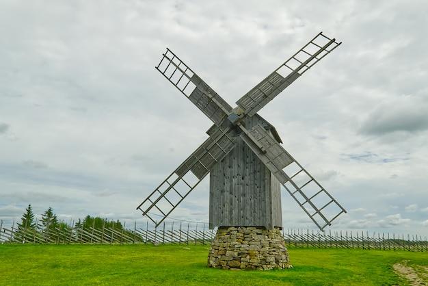 Oude vintage houten molen met de bewolkte hemel. saaremaa, estland.