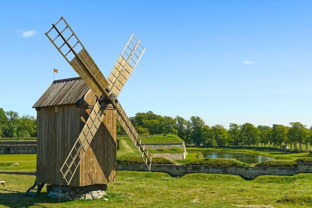 Oude vintage houten molen op het zomer-veld. saaremaa, estland.