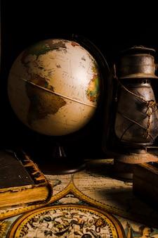 Oude vintage kaart met globe en lantaarn