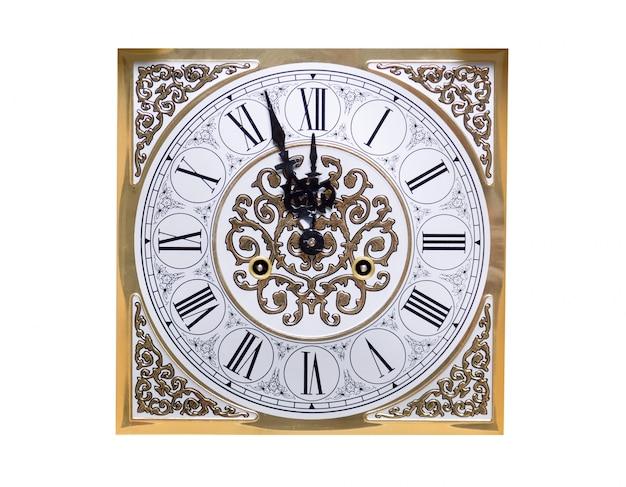Oude vintage klok toont vijf minuten voor twaalf.