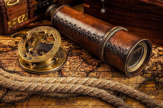 Oude vintage kompas op oude kaart